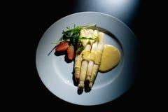 läcker matställe Kokt sparris, jordgubbe, bacon och hollandssås arkivbild