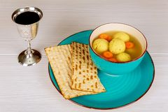 Läcker Matzohbollsoppa med Pesach påskhögtidsymboler royaltyfri bild