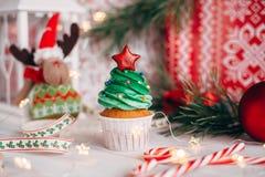 Läcker muffin för jul i form av en julgran med arkivbilder