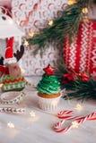 Läcker muffin för jul i form av en julgran med fotografering för bildbyråer