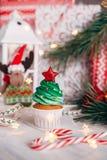 Läcker muffin för jul i form av en julgran med arkivfoton