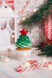 Läcker muffin för jul i form av en julgran med arkivfoto