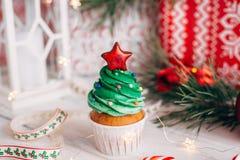 Läcker muffin för jul i form av en julgran med arkivbild