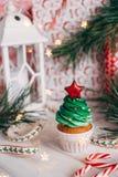 Läcker muffin för jul i form av en julgran med royaltyfria bilder