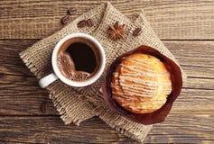 Läcker muffin och kaffe Arkivfoto