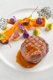 Läcker nötköttbiff med sås och grönsaken som tjänas som på den vita plattan, modern gastronomi, michelinrestaurang royaltyfria bilder