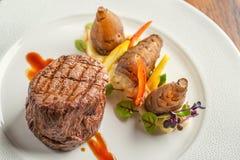 Läcker nötköttbiff med sås och grönsaken som tjänas som på den vita plattan, modern gastronomi, michelinrestaurang fotografering för bildbyråer