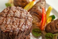 Läcker nötköttbiff med sås och grönsaken som tjänas som på den vita plattan, modern gastronomi, michelinrestaurang arkivbilder