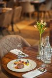 Läcker nötköttbiff med sås och grönsaken som tjänas som på den vita plattan, modern gastronomi, michelinrestaurang royaltyfria foton