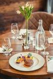 Läcker nötköttbiff med sås och grönsaken som tjänas som på den vita plattan, modern gastronomi, michelinrestaurang royaltyfri fotografi
