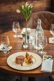 Läcker nötköttbiff med sås och grönsaken som tjänas som på den vita plattan, modern gastronomi, michelinrestaurang arkivfoto