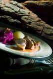 Läcker nötköttbiff på trätabellen, närbild royaltyfri fotografi