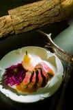 Läcker nötköttbiff på trätabellen, närbild royaltyfri bild