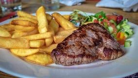 Läcker nötköttköttbiff med pommes frites arkivfoton