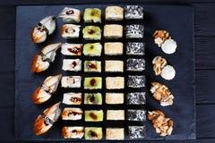 Läcker nigiri- och makisushiuppsättning, lekmanna- lägenhet Lyxig restaurang Arkivfoton