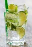 Läcker ny drink på tabellen Arkivbild