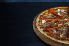 Läcker ny pizza på svart bakgrund Arkivfoton