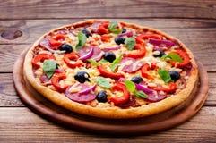 Läcker ny pizza som tjänas som på trätabellen. Royaltyfria Bilder
