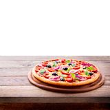 Läcker ny pizza som tjänas som på trätabellen. Royaltyfri Fotografi