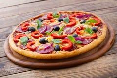 Läcker ny pizza som tjänas som på trätabellen. Royaltyfri Foto