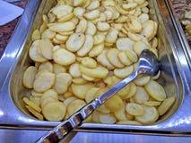 Läcker och lyxig aperitif med nya grillade potatisar royaltyfri bild