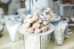 Läcker och smaklig efterrätttabell med muffinskott på mottagandecloseupen Royaltyfri Bild