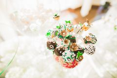 Läcker och smaklig efterrätttabell med muffinskott på mottagandecloseupen Arkivbilder
