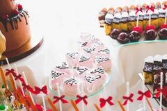 Läcker och smaklig efterrätttabell med muffinskott på mottagandecloseupen Arkivfoto