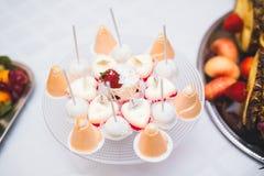 Läcker och smaklig efterrätttabell med muffinskott på mottagandecloseupen Arkivfoton