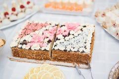 Läcker och smaklig efterrätttabell med muffinskott på mottagandecloseupen Royaltyfria Bilder
