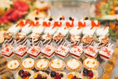 Läcker och smaklig efterrätttabell med muffinskott på mottagandecloseupen fotografering för bildbyråer