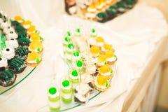 Läcker och smaklig efterrätttabell med muffinskott på mottagandecloseupen royaltyfri foto