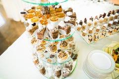 Läcker och smaklig efterrätttabell med muffinskott på mottagandecloseupen royaltyfria foton