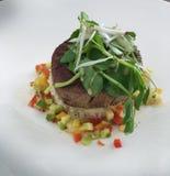 Läcker och sund grillad tonfiskbiff på en risgrund, högg av royaltyfri fotografi