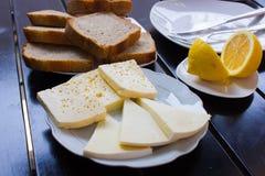 Läcker ost på tabellen royaltyfria bilder