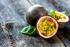 Läcker passionfrukt på träbakgrund Arkivbild