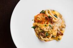 läcker pasta med höna och tomaten Fotografering för Bildbyråer