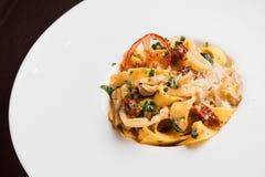 läcker pasta med höna och tomaten Royaltyfri Foto