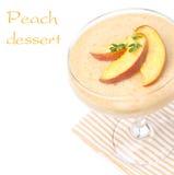 Läcker persikasouffle som isoleras på vit, närbild Arkivbilder