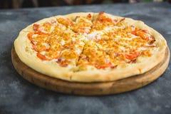 Läcker pizza med bacon, ost, tomat på mörk bakgrund arkivfoton