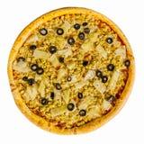 Läcker pizza med höna och ananas på vit bakgrund isolerat royaltyfria bilder