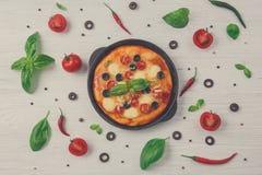 Läcker pizza med ingredienser och kryddor fotografering för bildbyråer
