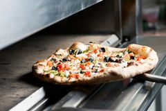 Läcker pizza med många ingridients Arkivfoto