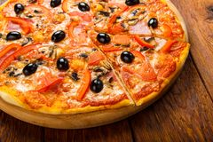 Läcker pizza med salami, champinjoner och oliv Royaltyfri Fotografi