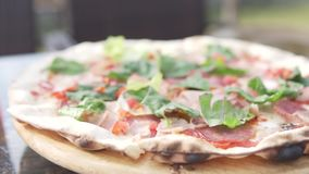 Läcker pizza med skinka är på tabellen i kafét arkivfilmer