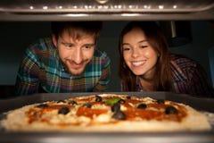 Läcker pizza på ugnen Royaltyfri Bild