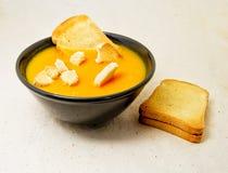 Läcker pumpa pured soppa med potatisar och zwiebacksbrödskivor för vegetarian, strikt vegetarian och sunt begrepp Fotografering för Bildbyråer