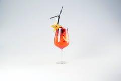 Läcker röd coctail med frukter Arkivbilder