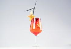 Läcker röd coctail med frukter Royaltyfria Foton