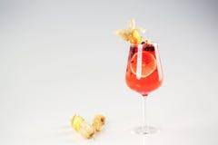 Läcker röd coctail med frukter Royaltyfri Foto